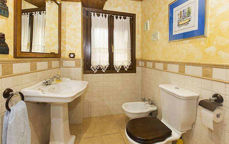 2 Bathroom Huesca Sallent de Gállego House - Bathroom
