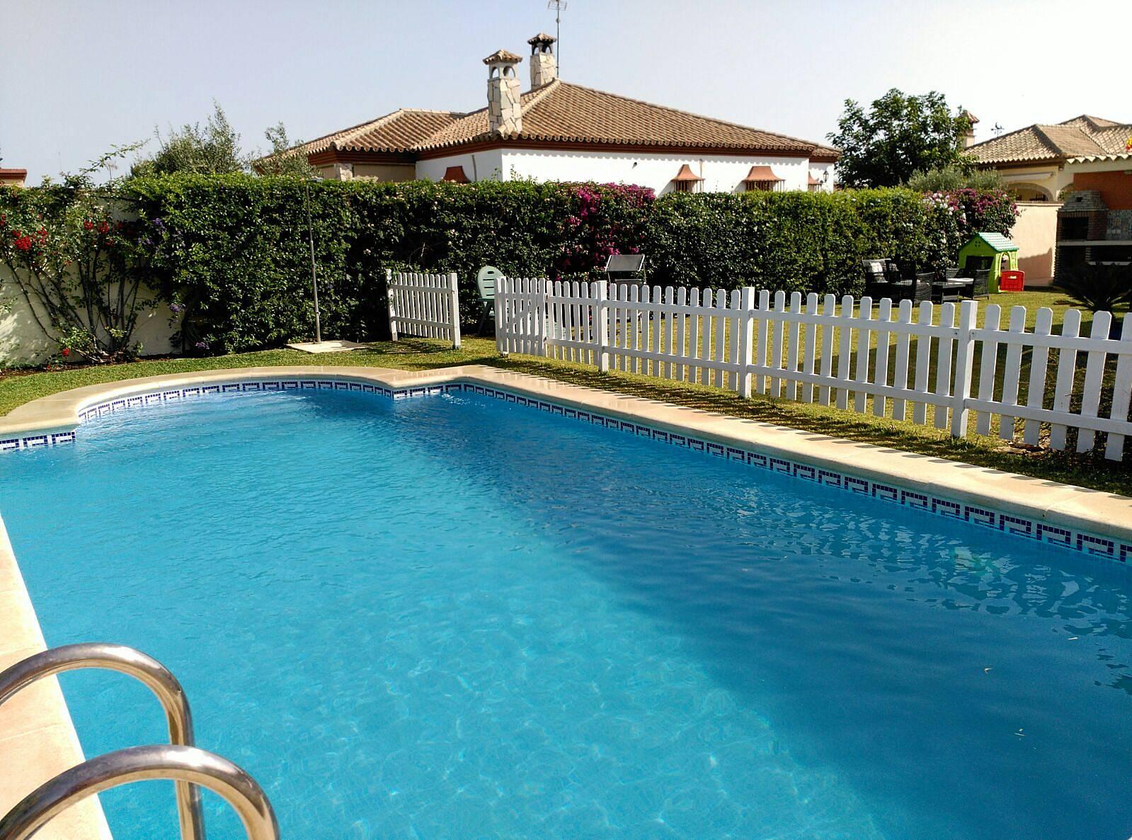 Villa familiar con piscina la barrosa chiclana de la for Piscinas chiclana