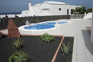 Villa con piscina privada climatizada y wifi playa for Piscinas naturales yaiza lanzarote
