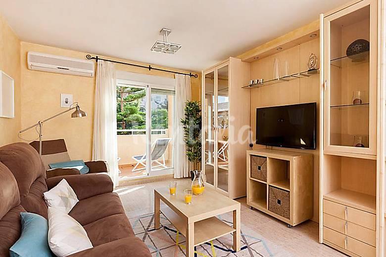 Apartamento en alquiler con piscina grau i platja for Apartamentos con piscina en valencia