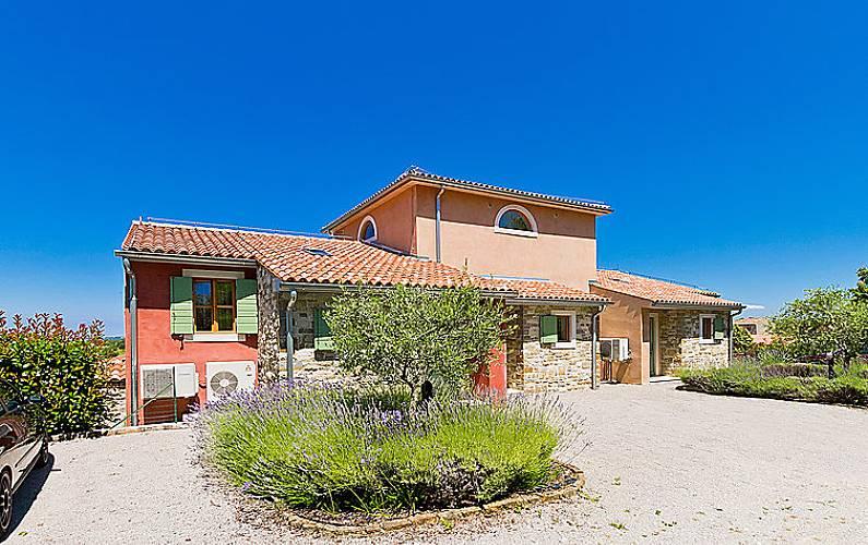 Casa per 6 persone con piscina momjan buie istria for Piani di casa francese in tudor