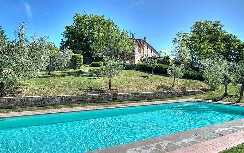 Casa in affitto con piscina bagnacavallo pontassieve for Piani casa ranch in collina