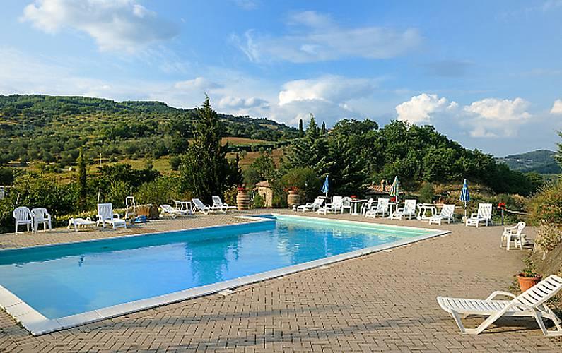 Villa per 13 persone con piscina seggiano pioltello for Piscina pioltello