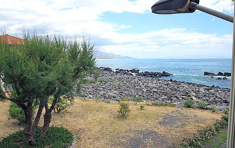 Appartamento in affitto in prima linea di spiaggia for Piani di casa sulla spiaggia su palafitte