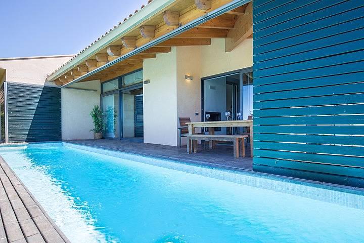 Vivienda vanguardista con jard n y piscina privada pals for Piscina jardin girona