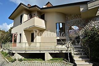 All inclusive. Single villa with private garden. Lucca