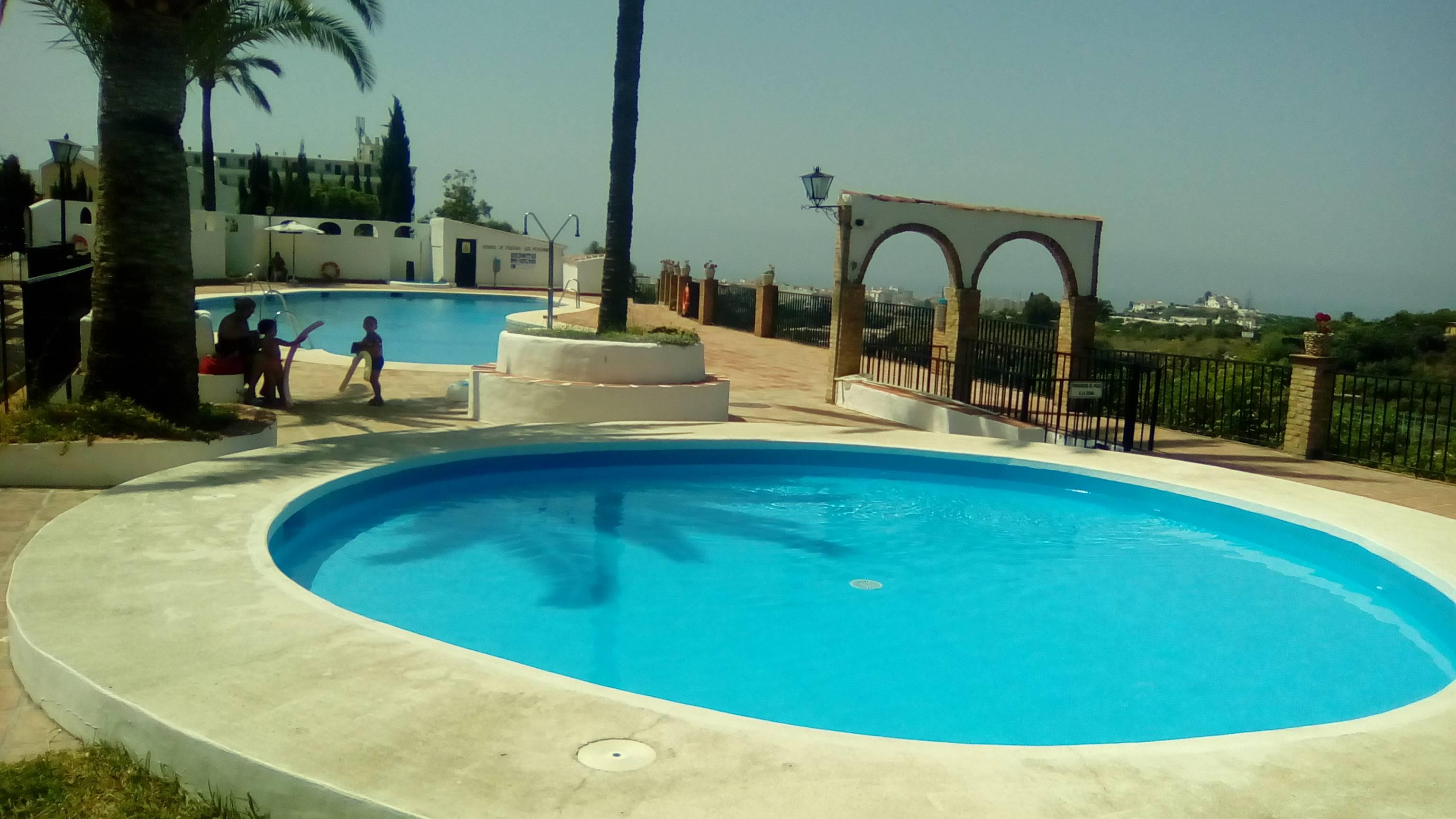 Apartamento con piscina comunitaria wifi aire a nerja for Piscina publica malaga
