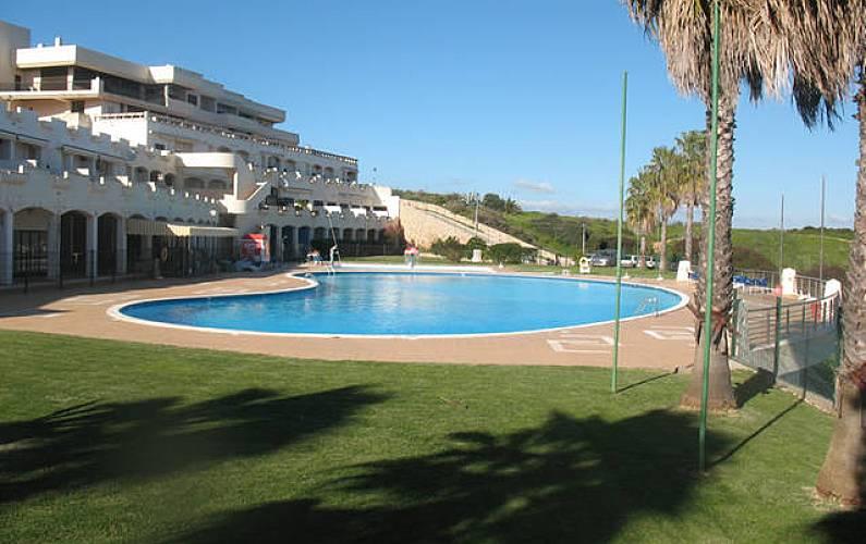 Apartamento de 2 habitaciones a 300 m de la playa lagos for Piscina jardin 727
