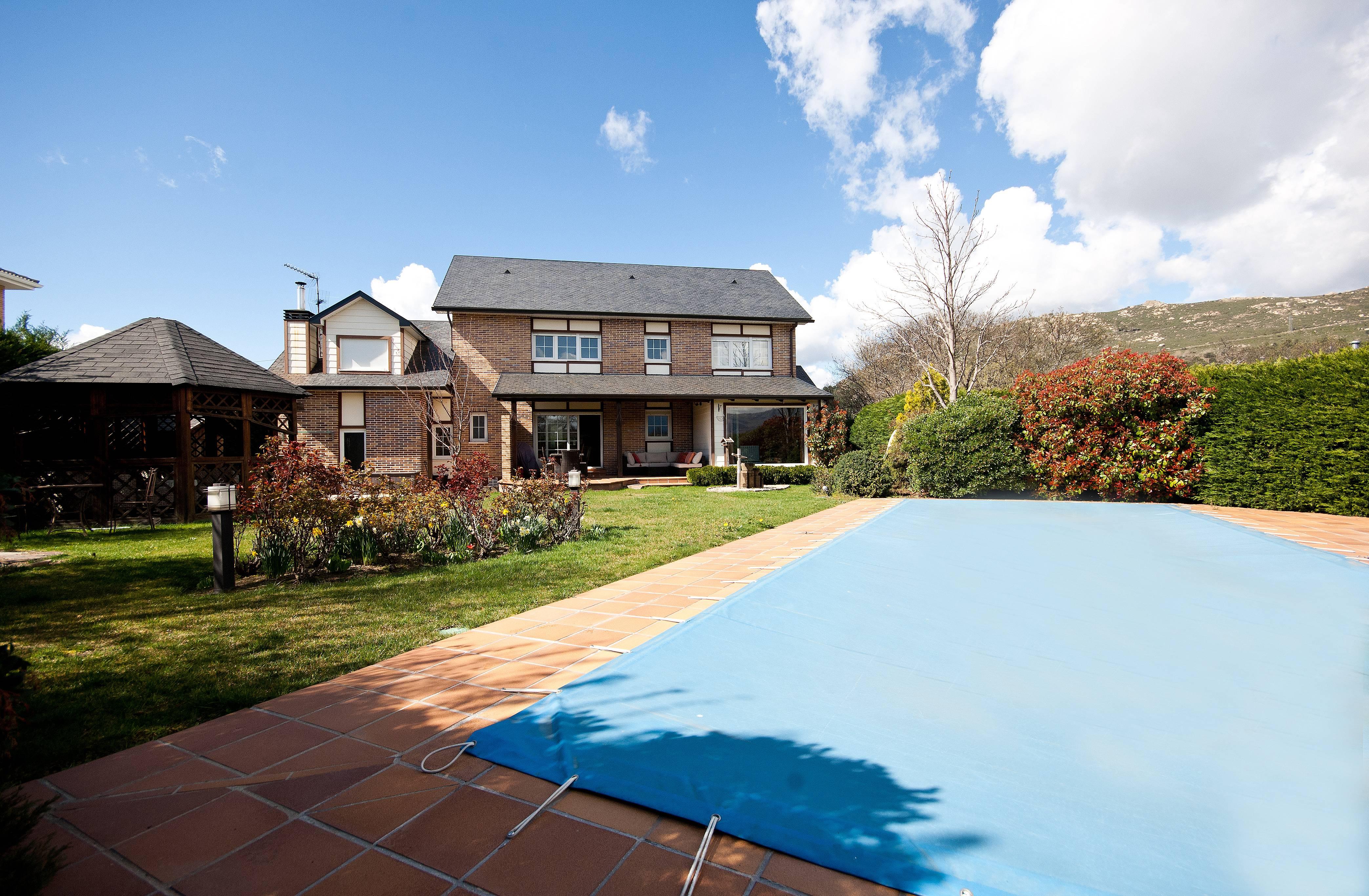Ascot house magnifica mansi n con piscina y barbacoa en for Piscinas en la sierra de madrid