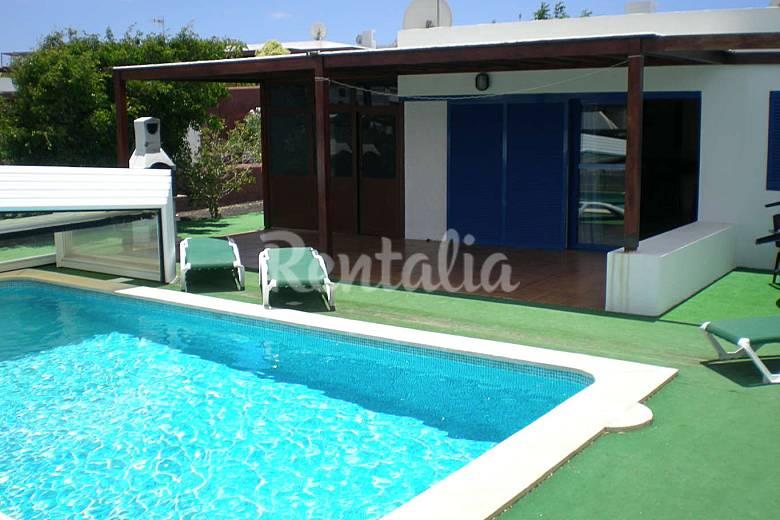 Villa indigo piscina privada 300m playa lanzarote playa for Villas en lanzarote con piscina privada