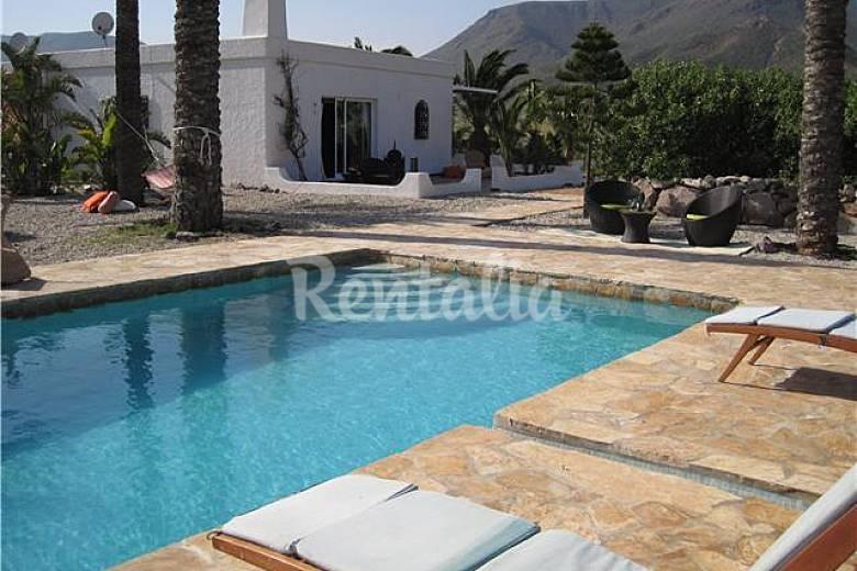 Cortijo con piscina y jardin a 400 m de la playa isleta - Piscinas y jardines ...
