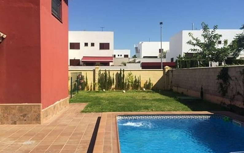 Estupenda casa sevilla cerca metro piscina jardin for Piscina ciudad jardin sevilla