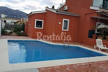 Villa con piscina y barbacoa cerca de la playa las for Piscina publica malaga