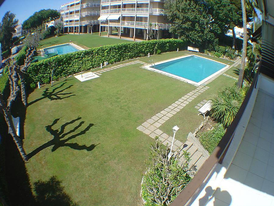 Primer piso de tres habitaciones con piscina sitges for Piscina sitges