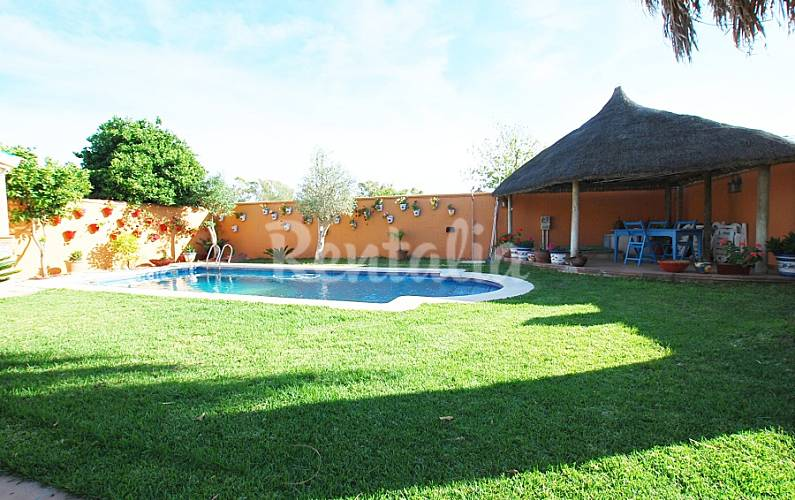 Villa con piscina privada a 2 km de la playa for Piscina municipal el puerto de santa maria