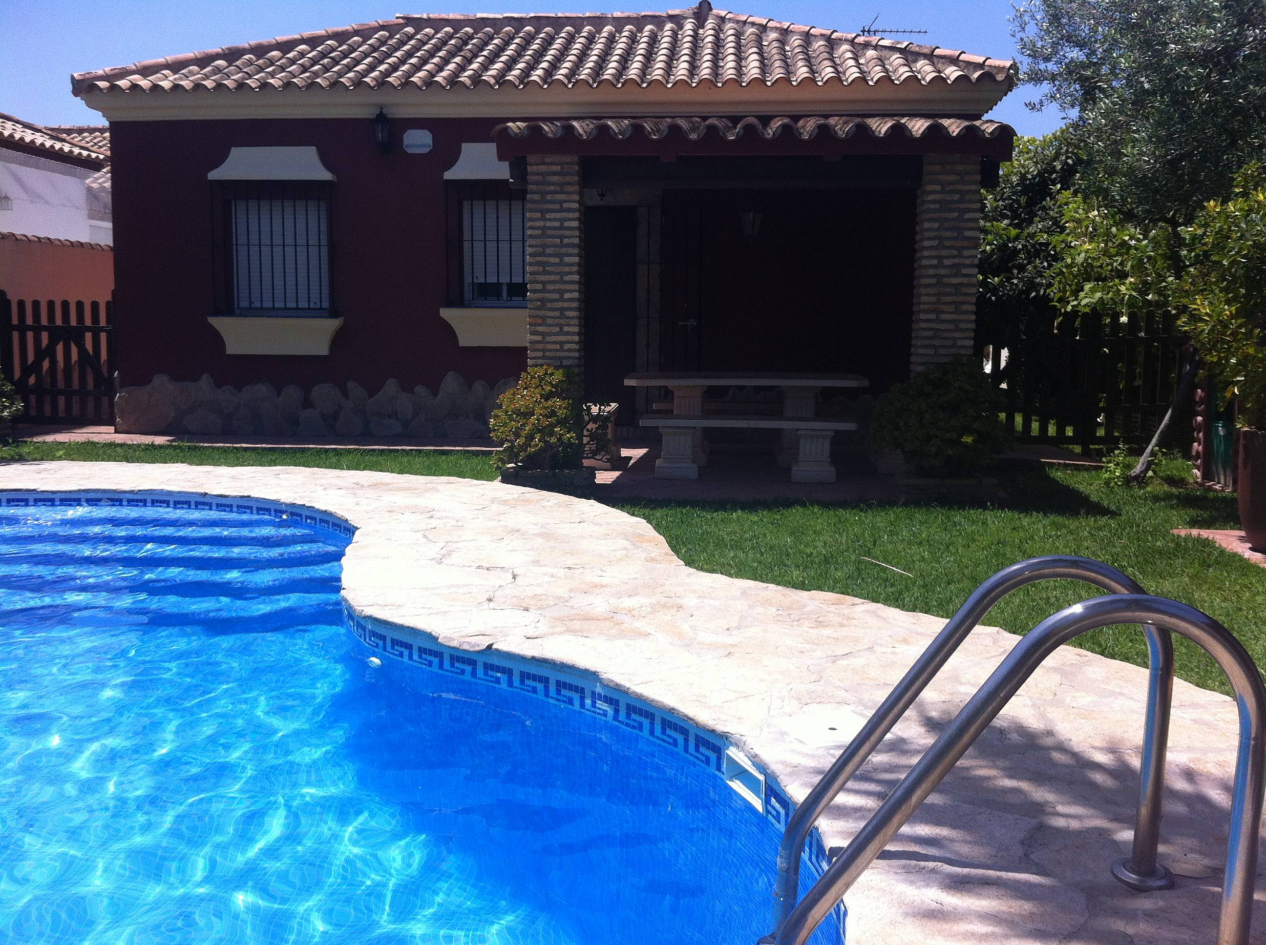 Chalet piscina privada chiclana playa la barrosa la for Piscinas chiclana