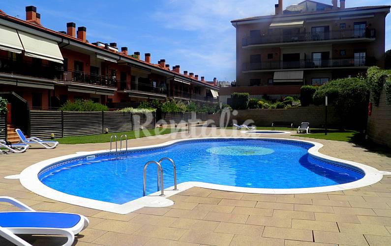 Bonito apto con vistas a la piscina lloret de mar for Piscina lloret