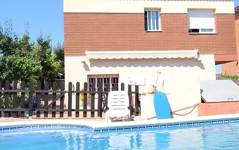 Villa con gran piscina el vendrell tarragona costa dorada for Piscina municipal el vendrell
