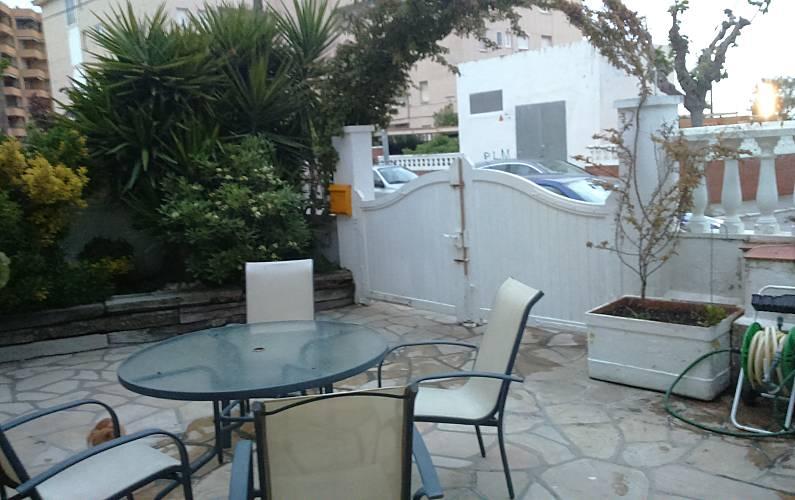 Casa en alquiler a 50 m de la playa cunit tarragona for Apartamentos jardin playa larga tarragona
