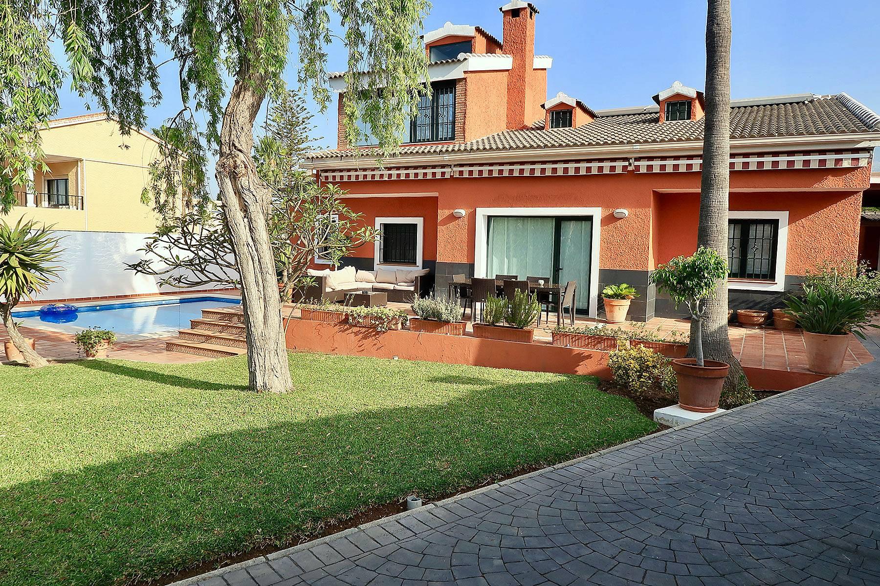 Villa con piscina y barbacoa cerca de la playa las for Fotos de casas con jardin y alberca