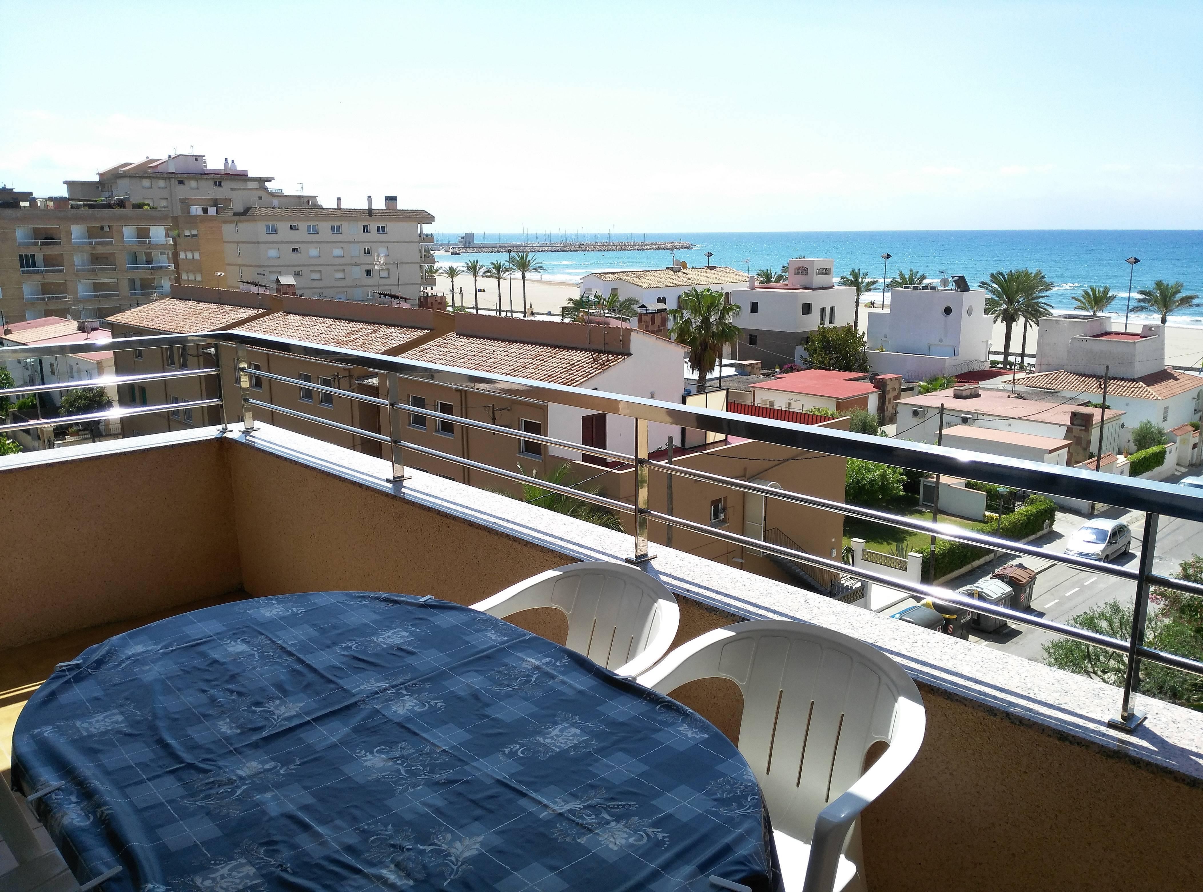 Apartamento en alquiler a 50 m de la playa segur de for Apartamentos jardin playa larga tarragona