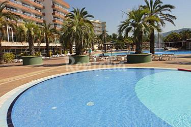 Aparthotel con piscina cerca de la playa lloret lloret for Hoteles en lloret de mar con piscina climatizada