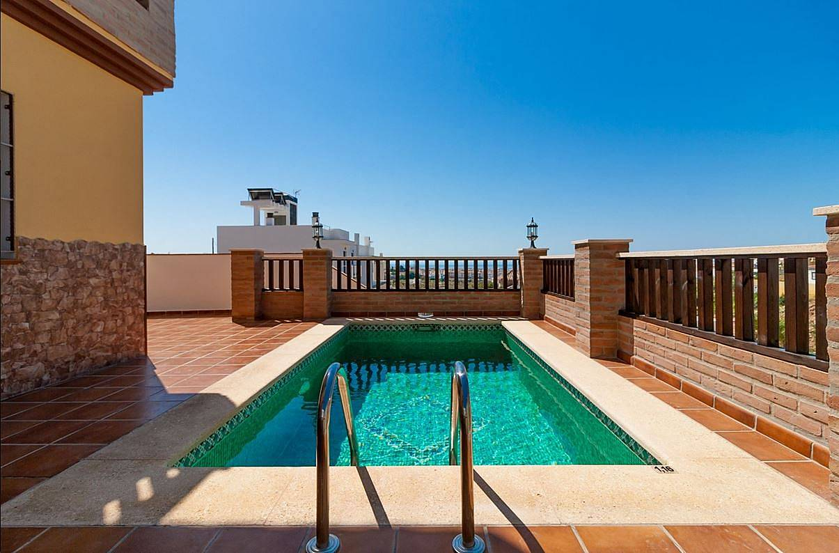 Nerja alquiler villa con piscina nerja m laga costa for Piscina inacua malaga