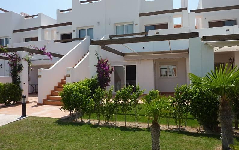 Casa de 3 habitaciones en urbanizacion con golf alhama for Casa jardin murcia