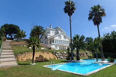 Villa con 6 dormitorios. Piscina. Parcela 2.700 m2 Cantabria