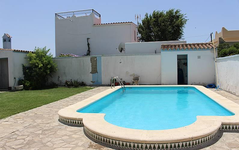 Villa de 4 habitaciones a 500 m de la playa los ca os de for Piscina trafalgar