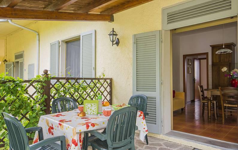 Appartamento in affitto con piscina iano montaione for Arredo casa montaione