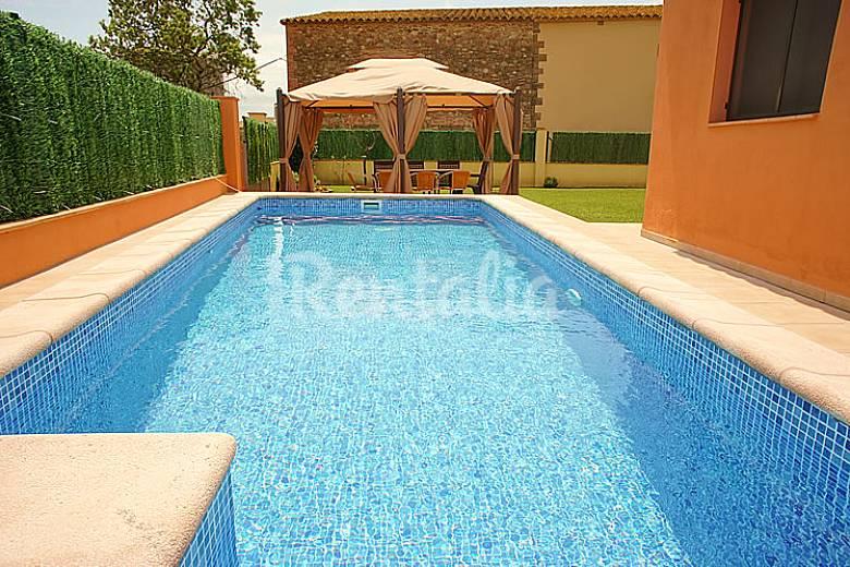 Casa con jard n privado y piscina cistella girona for Piscina jardin girona
