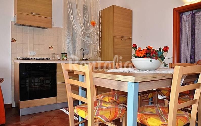 Casa de 3 habitaciones a 150 m de la playa cefal for Casa muebles palermo