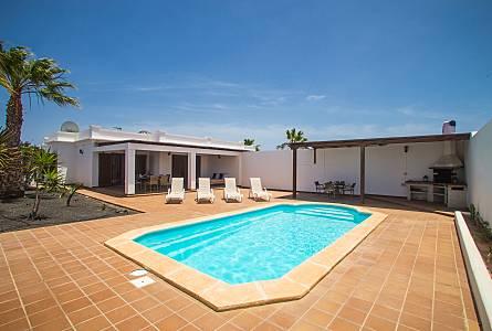 5de6ec3ac95d8 villa con jardín y piscina climatizada Lanzarote - Terraza ...