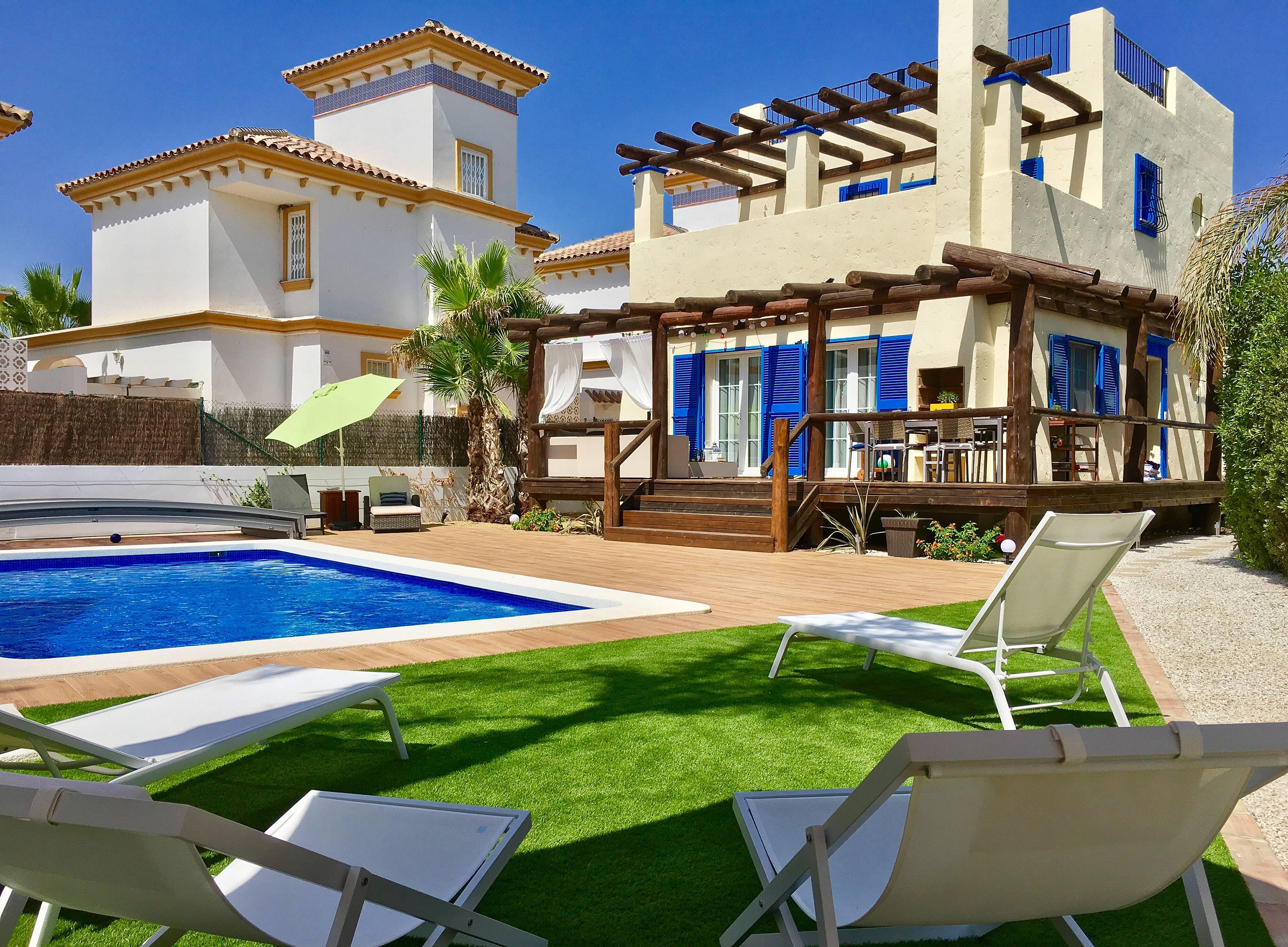 Villa con piscina privada muy cerca playa vera playa for Piscinas almeria