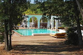 Monte elegante e tradicional -piscina deslum...