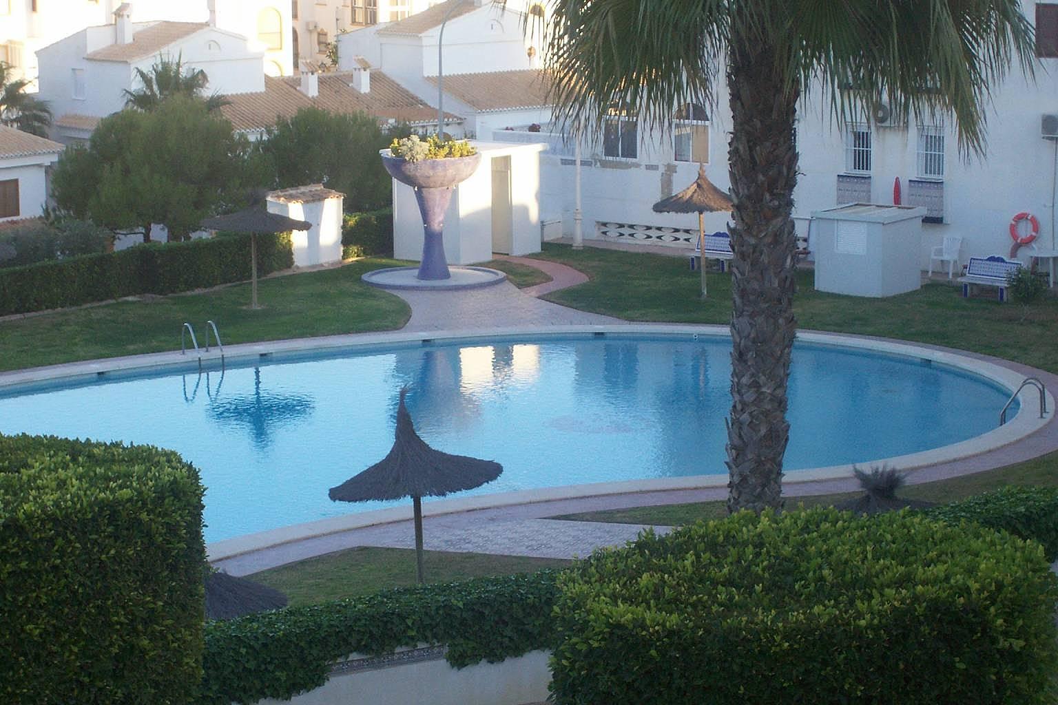 Bungalow dos plantas con 4 dormitorios con piscina for Piscina torrevieja