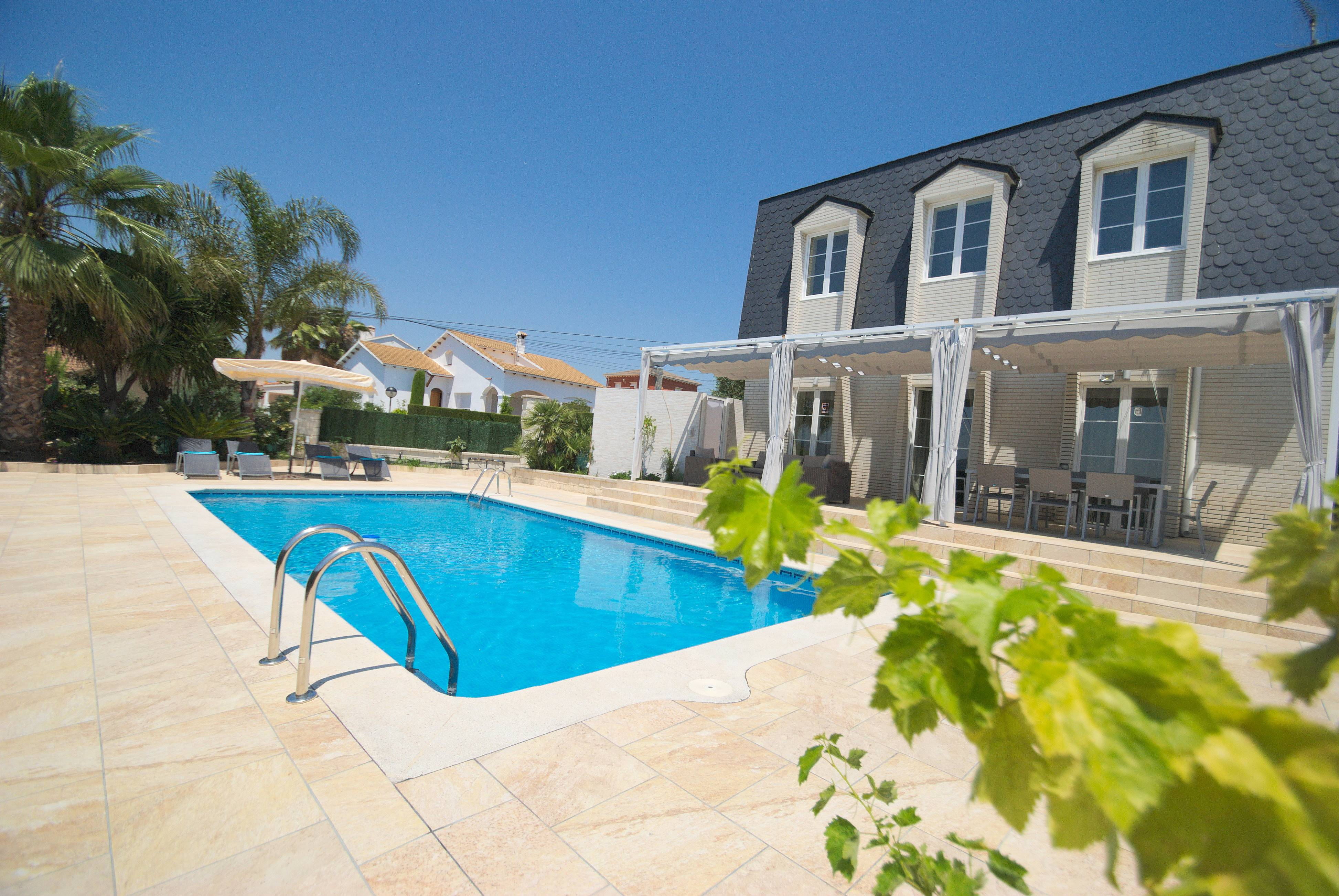 Preciosa villa con piscina privada y jardin el vendrell for Piscina el vendrell