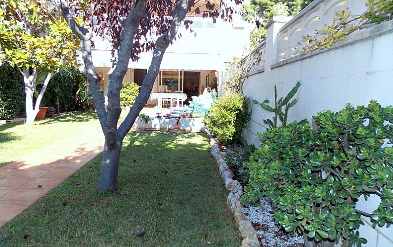 Casa de 5 habitaciones a 100 m de la playa la mora for Apartamentos jardin playa larga tarragona