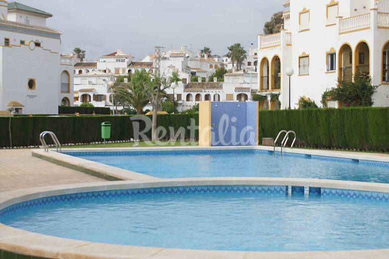 Apartamento de 2 habitaciones a 300 m de la playa la for Piscina torrevieja