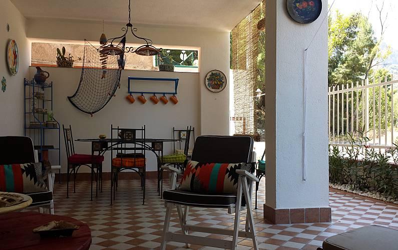 Casa de 2 habitaciones a 150 m de la playa mondello for Casa muebles palermo