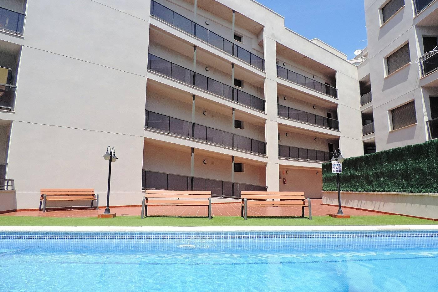 Apartamento en l 39 ampolla con piscina y playa a 300 l for Apartamentos con piscina y playa