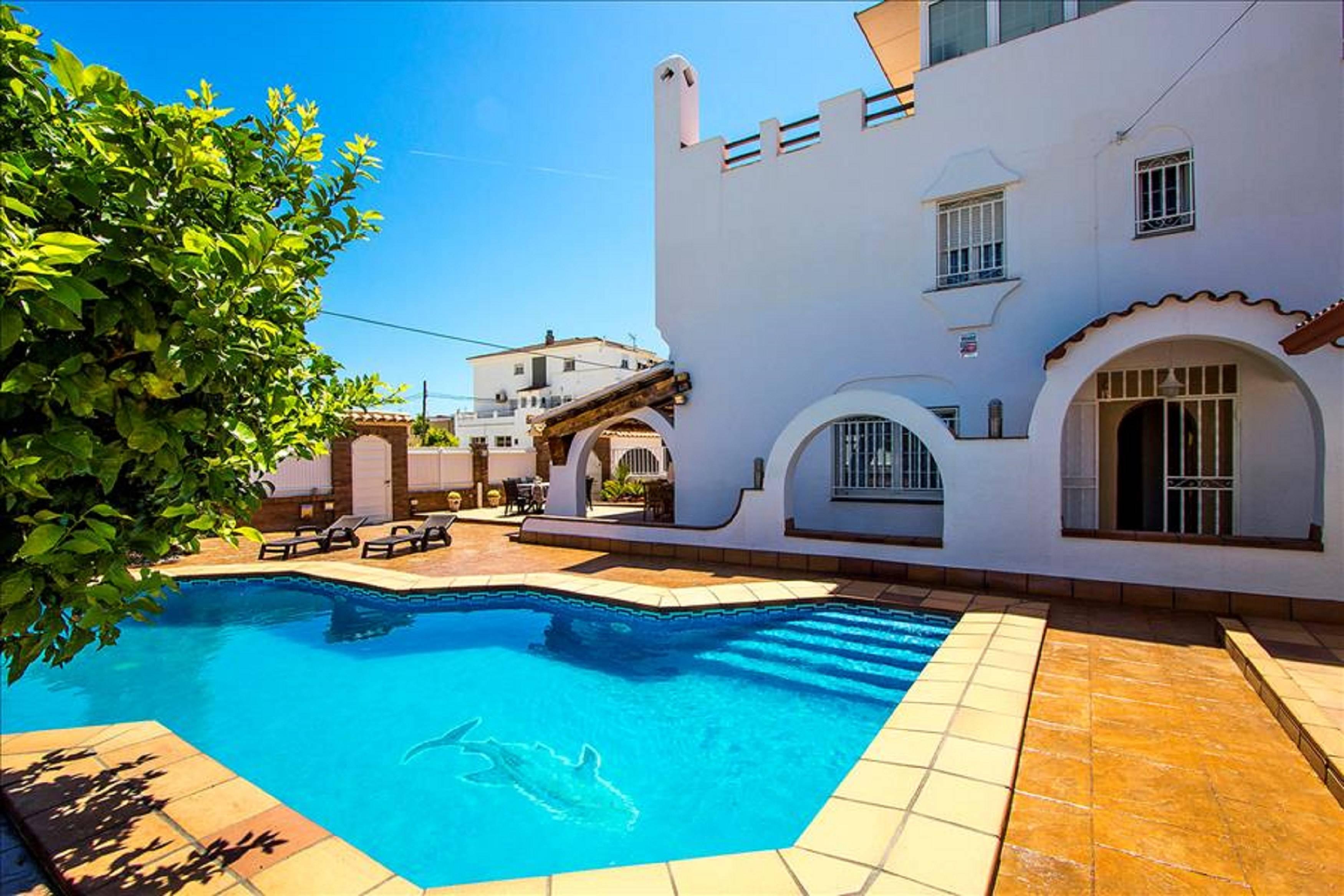 Casa con piscina y barbacoa a 500 metros playa cunit for Apartamentos con piscina y playa