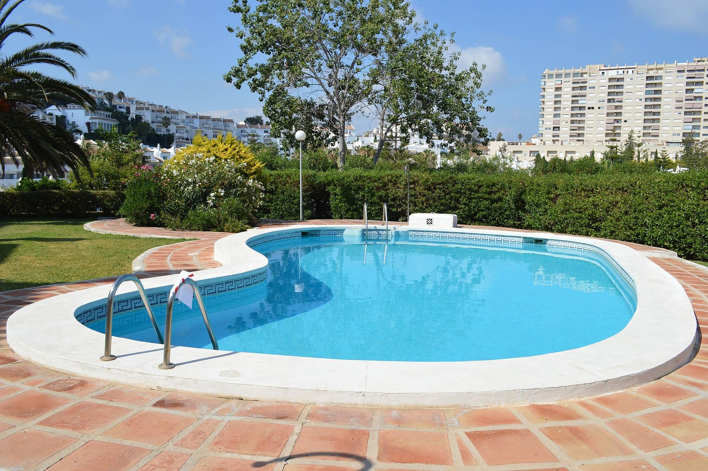 Espaciosa casa con acceso piscina torrequebrada for Piscina publica malaga