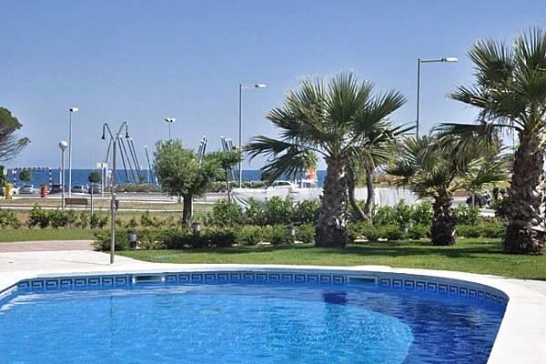 Apartamentos en cambrils a 50 m playa piscina cambrils for Piscina 50 m