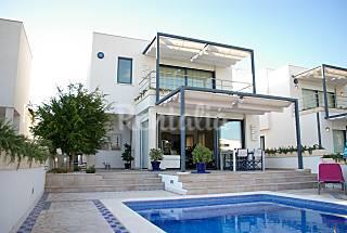 Villa a 50 m de la playa. 3 dormitorios y piscina Menorca