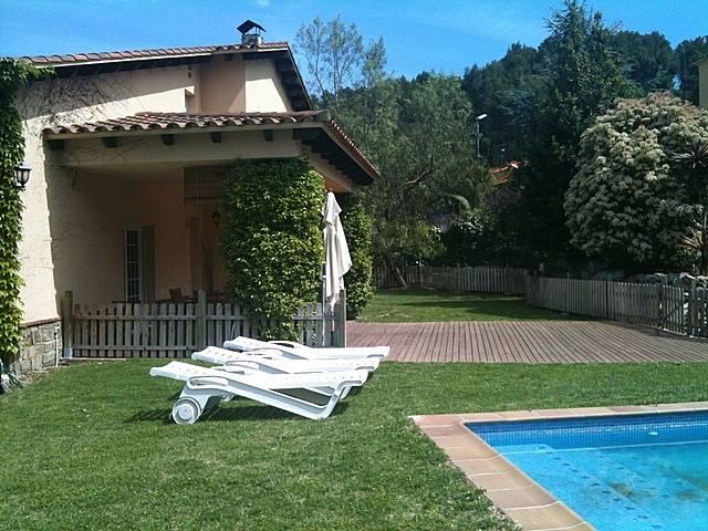 maison rustique moderne barcelone avec piscine santa. Black Bedroom Furniture Sets. Home Design Ideas