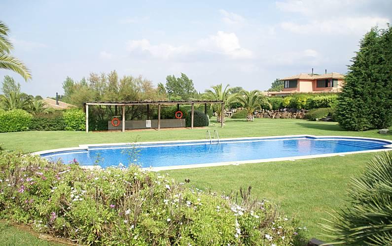 Apartamento para 6 personas en navata navata girona for Garden city pool jobs