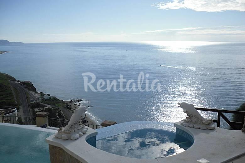 Con piscina privada y las mejores vistas al mar macaca for Alojamiento con piscina privada
