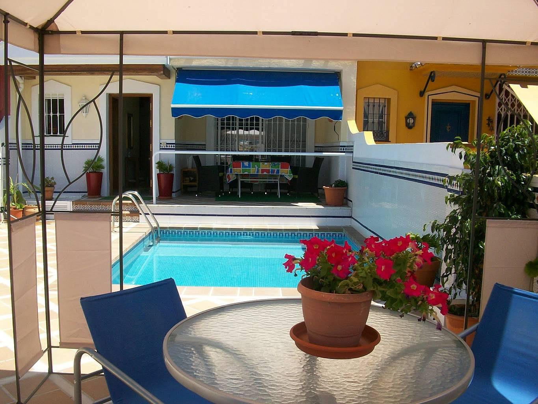 Chalet con piscina privada 6 dormitorios 1km playa for Piscina publica malaga